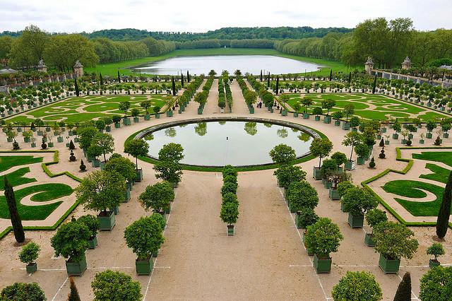 Orangerie petit parc de versailles bassin et parterres for Jardin a la francaise versailles