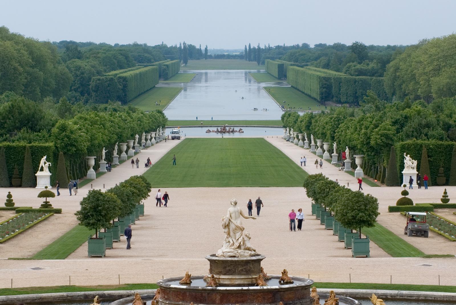 Grand canal jardin de versailles vue depuis le bassin for Jardin a la francaise versailles