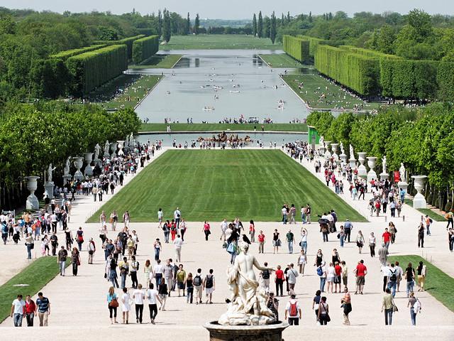 Jardins de versailles foule sur grande perspective for Jardin versailles