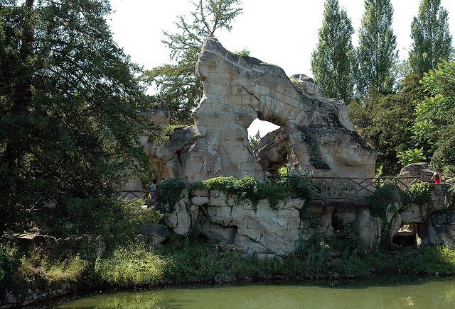 Grand rocher, jardin du Petit Trianon : vue d'ensemble sur un ciel blanc –  André Le Nôtre