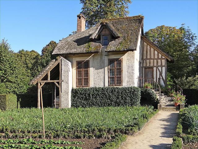Boudoir, hameau de la Reine, domaine de Trianon : potager et façade  principale – André Le Nôtre