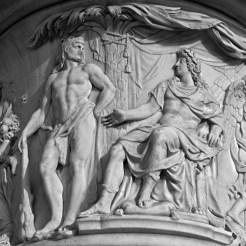 Louis XIV assis sur un trône et devant lui Hercule appuyé sur sa massue, la Victoire suspendant des trophées à un palmier
