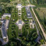 Communs, jardin français et château
