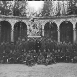 Groupe de soldats américains visitant le château en mars 1919