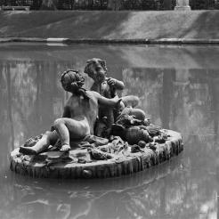 Petit garçon et petite fille jouant avec une écrevisse