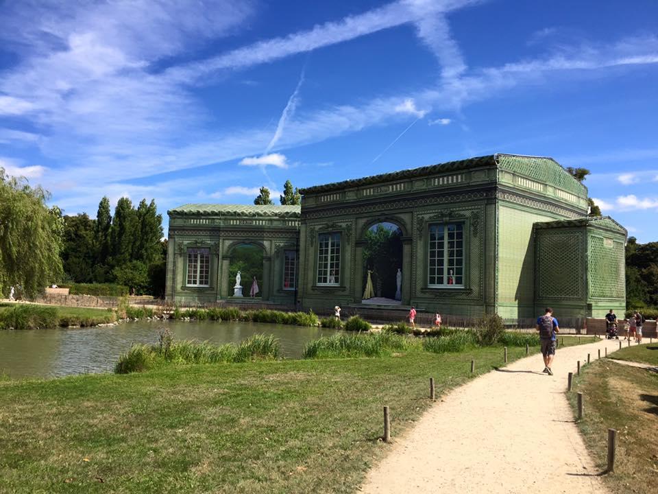 Maison de la Reine, domaine de Trianon : chantier de restauration - août 2016 : bâche imaginée ...