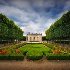 Vue sur le pavillon français depuis l'autre extrémité du jardin à la française