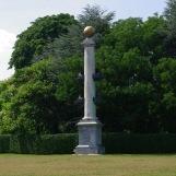 Colonne rostrale dédiée à La Pérouse - érigé en 1786 ; arch. : Hubert Robert ; sculpteur : Augustin Pajou