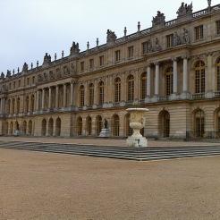 ... par le vestibule de la Cour de marbre on ira sur la terrasse...