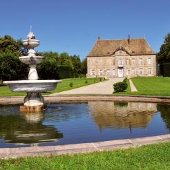 Situés sur une butte dominant la vallée du Doubs et entourés de verdure, le château et le jardin de Vaire-le-Grand s'intègrent parfaitement au paysage environnant.