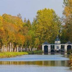 Aux confins de l'Anjou, dans un paysage vallonné, aux forêts verdoyantes, s'étend un parc surprenant né aux XVIIe siècle par le désir d'une femme, Anne Frézeau de la Frézelière