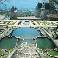 Les jardins du château du Touvet illustrent parfaitement la notion de genius loci, développée au XVIIIe siècle, qui définit l'adaptation parfaite du jardin au cadre naturel dans lequel il s'inscrit et l'utilisation de la topographie pour la mise en scène des effets